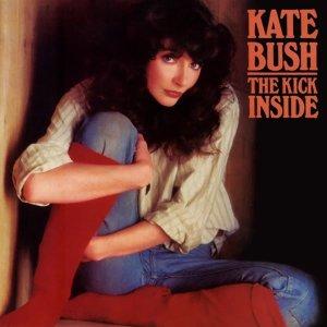 Kate Bush posando más comedida que en su primer videoclip